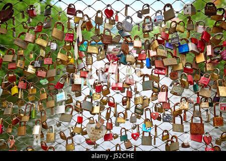 Graz, Österreich - 7. Mai 2017: Liebe Schlösser an das Brückengeländer - Stockfoto