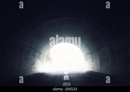 Dunkler Tunnel mit Nebel und Licht am Ende des Tunnels - Stockfoto