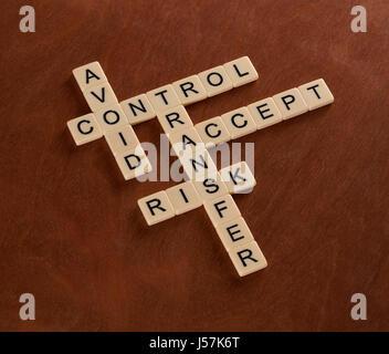 Kreuzworträtsel mit Worten vermeiden, Steuerung, Übertragung, annehmen. Risiko-Management-Konzept. Elfenbein Fliesen - Stockfoto