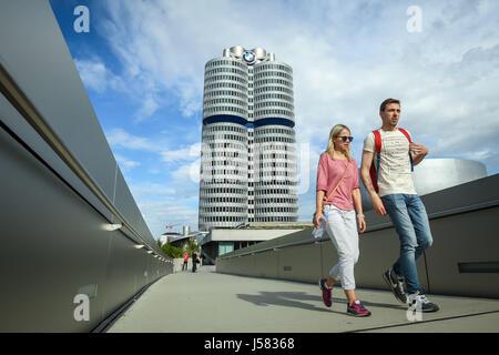 München, Deutschland - 6. Mai 2017: Menschen zu Fuß auf die Brücke verbindet das BMW-Museum mit der BMW Welt-Messe - Stockfoto