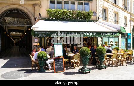 Der Blick auf typische Paris Café im Quartier kommerzielle Bourse in Paris, Frankreich - Stockfoto