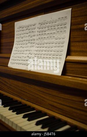 Nahaufnahme von Noten auf Klavier in der Schule Stockfoto