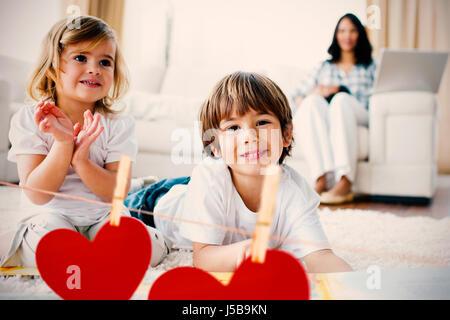 Herzen auf Linie gegen Geschwister zu Hause - Stockfoto