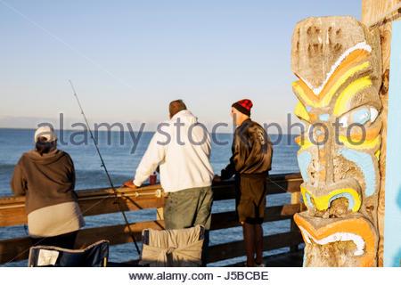 Cocoa Beach Florida Cocoa Beach Pier Atlantik Tiki polynesischen gemalt Mann Frau Angler Angeln Angler Rute Geländer - Stockfoto