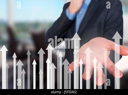 Geschäftsmann mit finanzielle Symbole kommen. Wirtschaft, Wachstum, Anlagekonzept. Mann Hand zeigen Pfeile. Isoliert - Stockfoto