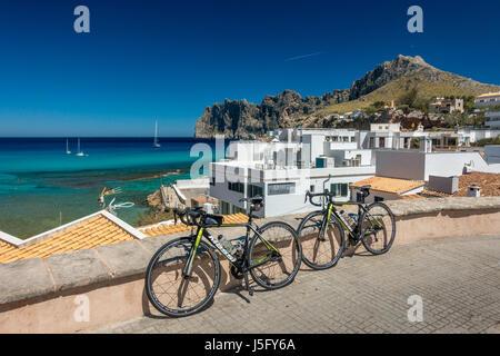 Zwei Rennräder auf den schönen Fischen Dorf von Cala Sant Vicenc, in der Nähe von Pollensa, Mallorca, Mallorca, - Stockfoto