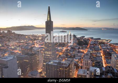 San Francisco Financial District und Bucht, Dämmerung - Stockfoto