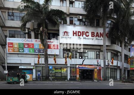 Colombo-Sri Lanka Tuk Tuk parkte außen HDFC Bank - Stockfoto
