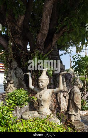Drei Statuen in der Tempelanlage Wat Pho (Po) in Bangkok, Thailand. - Stockfoto