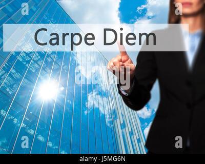 Carpe Diem - isolierten weiblichen Hand berühren oder auf die Schaltfläche zeigen. Geschäfts- und Zukunftstechnologie - Stockfoto