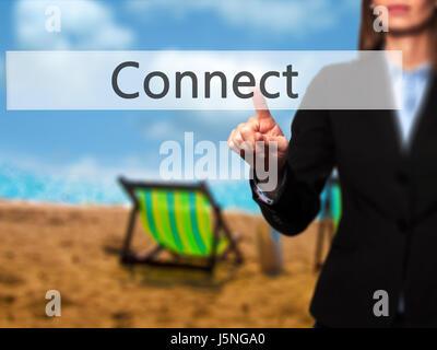 Connect - isolierten weiblichen Hand berühren oder auf die Schaltfläche zeigen. Geschäfts- und Zukunftstechnologie - Stockfoto