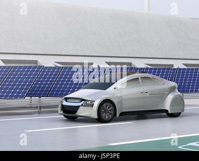 Elektro-Auto auf der kabellose Ladestation Spur der Autobahn fahren.  Solar-Panel-Station und Wind Turbine am Straßenrand. - Stockfoto