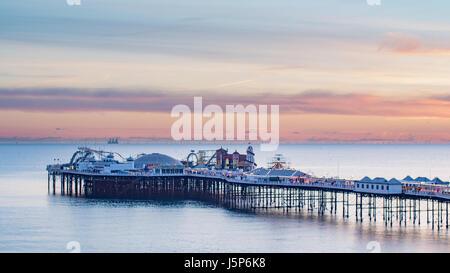 Blick auf den Palace Pier in Brighton bei Sonnenuntergang - Stockfoto