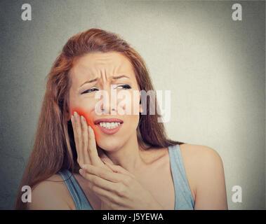 Closeup Portrait junge Frau mit empfindlichen Zahn Schmerzen Krone Problem zu Weinen vom Schmerz berührt roten Bereich - Stockfoto