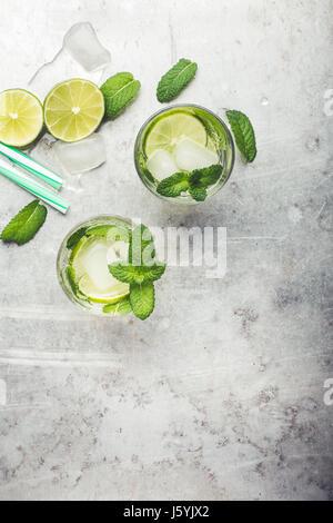 Mojito cocktail auf hellgrauen Hintergrund mit textfreiraum für Rezept oder Text von oben gesehen - Stockfoto