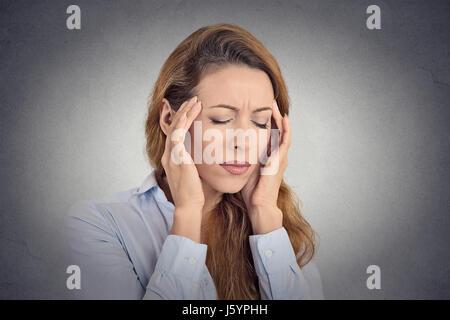 Junge Frau, die unter Kopfschmerzen leiden - Stockfoto