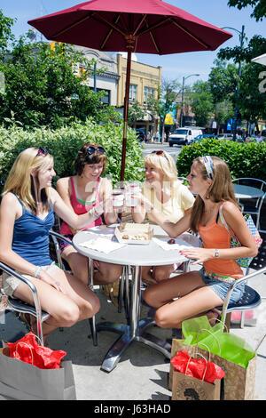 Michigan Traverse City Front Street Frau drei Mädchen junge Erwachsene Teen Freizeit Freunde Bissen Bäckerei Gourmet - Stockfoto