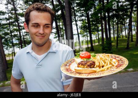 Michigan Traverse City Old Mission Halbinsel Bowers Hafenrestaurant Krabbe Kuchen Sandwich Teller Pommes frites - Stockfoto