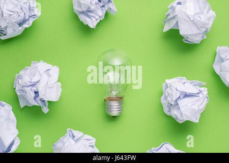 neue Idee-Konzept mit zerknitterten Büropapier und Glühbirne - Stockfoto