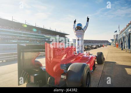 Formel 1 Rennfahrer sportliche Strecke anfeuern feiert Sieg - Stockfoto
