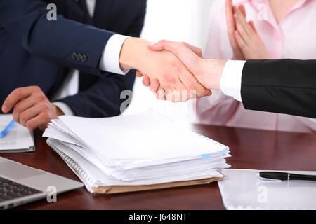 Geschäftsleute Händeschütteln Hitzegrade ein Treffen - Stockfoto