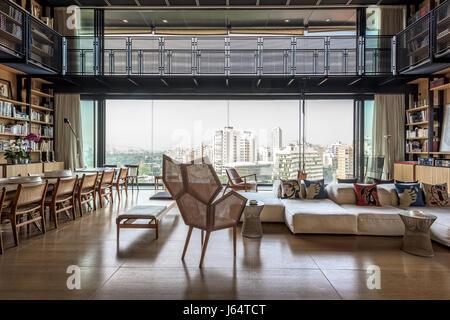 Luxus wohnzimmer mit gro en b cherregal voller b cher und - Doppeltur wohnzimmer ...