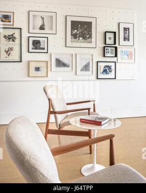 Paar Mitte Des Jahrhunderts Stühle Und Tulip Beistelltisch Von Eero  Saarinen In Hellen Schlafzimmer, Dekoriert