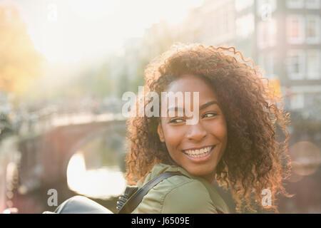 Lächelnde Frau über die Schulter schauen - Stockfoto