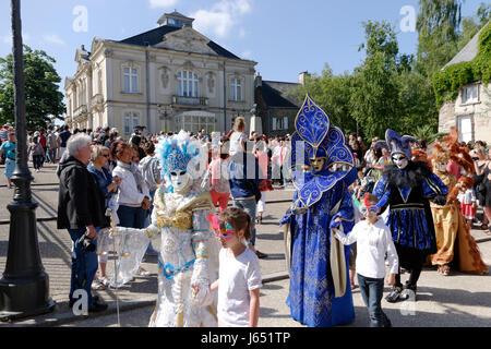Venezianische Karnevalsmasken und Kostüme im venezianischen Karneval von Mayenne City (Land der Loire, Frankreich). - Stockfoto