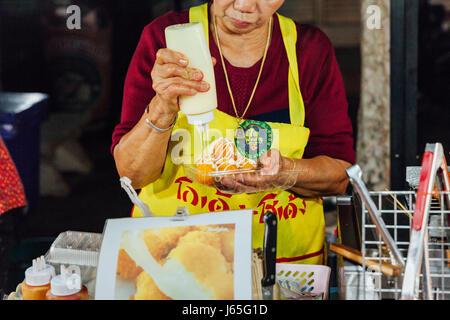 CHIANG MAI, THAILAND - 21 AUGUST: Frau zubereiten zum Verkauf auf dem Sonntagsmarkt (Walking Street) am 21. August - Stockfoto