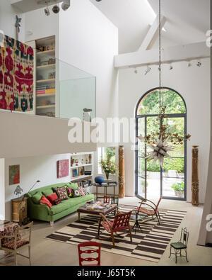 Dreifach-Höhe Wohnraum mit Mezzanine und alte Textilien, Farbe - Stockfoto