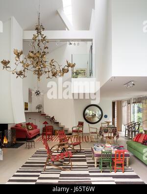 Geräumigen Dreibettzimmer-Höhe Wohnraum mit Goldpapier Kronleuchter von Isabelle de Borchgrave - Stockfoto