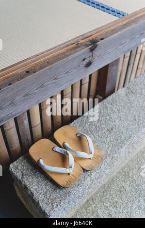Geta oder traditionelle japanische Schuhe, eine Art von Flip-flops oder Sandalen mit einem erhöhten Holzsockel statt - Stockfoto