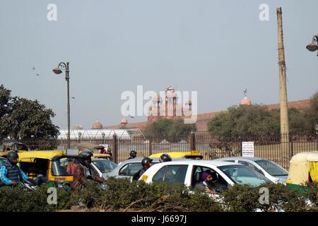 Stau mit Rikschas, Motorräder, Autos und Fussgänger auf lokalen Stadtstraße in Delhi, Indien am 13. Februar 2016. - Stockfoto