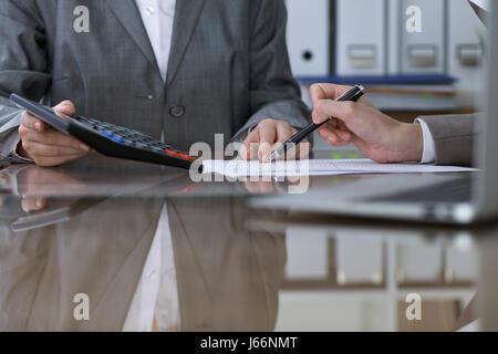 Zwei weibliche Buchhalter auf Rechner Einkommen Steuer Ausfüllen von Formularen, Hände Closeup zählen. Interne Revenue - Stockfoto
