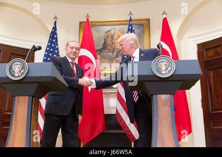 US-Präsident Donald Trump schüttelt die Hand mit der türkische Präsident Recep Tayyip Erdogan nach einer gemeinsamen - Stockfoto