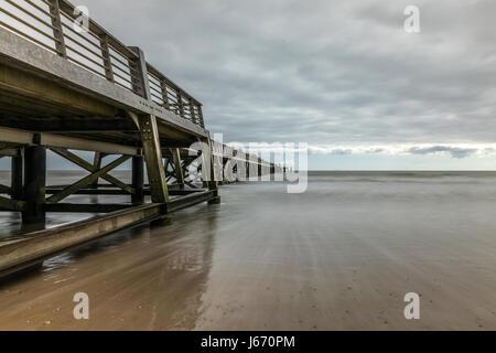 Langzeitbelichtung auf dem Pier von Saint Jean de Monts (Vendee, Frankreich) - Stockfoto