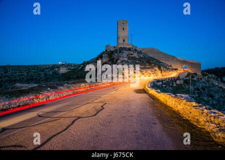 Mittelalterlichen Turm und Lichtspur, Nachtansicht. Alarcon, Cuenca Provinz Castilla La Mancha, Spanien. - Stockfoto