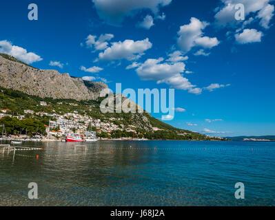 Omis, Kroatien - 19. Juli 2016 - Strand in Omis, Kroatien, an einem schönen sonnigen Tag. - Stockfoto