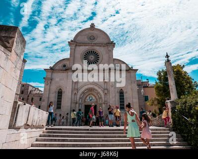Sibenik, Kroatien - 11. August 2016 - Sibenik, Kroatien an einem sonnigen Tag mit Menschen besuchen die St. James - Stockfoto