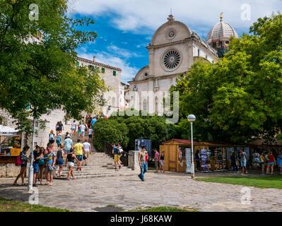 Sibenik, Kroatien - 11. August 2016 - Sibenik, Kroatien an einem sonnigen Tag mit Menschen besuchen - Stockfoto