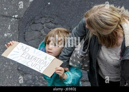 Bristol, UK. 20. Mai 2017. Ein kleines Kind, die Teilnahme an einem Protestmarsch Bildung hält seine Plakat, Fotografen - Stockfoto