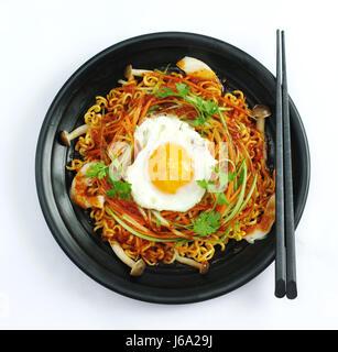 Hot Chili Ramen-Nudeln mit Ei und Pilze in schwarzes Eintopf - Stockfoto