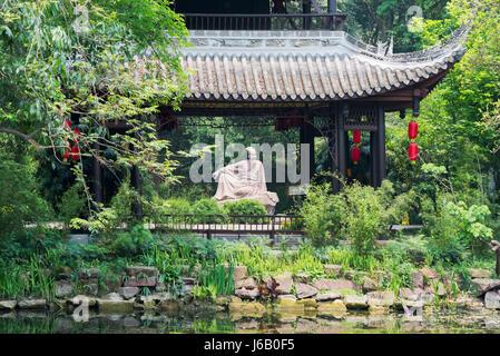 Meishan, Provinz Sichuan, China - 30. April 2017: Su Shi Dichter Skulptur hinter einem Pavillon in Meishan - Stockfoto