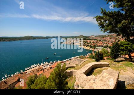 Blaue Stadt Stadt Adria Meer Kroatien rot Schloss Burg blau Hausbau - Stockfoto