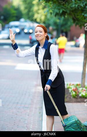 Hübsche junge Geschäftsfrau Porträt mit Reisetasche, Gepäck, hagelt Taxi Taxi in der Stadt, Washington DC isoliert - Stockfoto