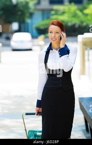 Porträt junge urbane glücklich Geschäftsfrau auf Smartphone läuft in die Straße am Smartphone Lächeln auf den Lippen - Stockfoto