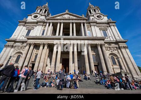 Touristen vor der St. Paul's Cathedral in London, England Vereinigtes Königreich Großbritannien - Stockfoto