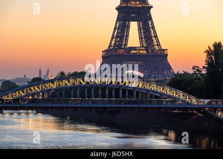 Sunrise Paris mit dem Eiffelturm, Rouelle Brücke und dem Fluss Seine. Frankreich - Stockfoto