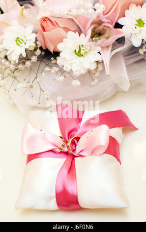 goldene hochzeit ringe auf kissen stockfoto bild 177102486 alamy. Black Bedroom Furniture Sets. Home Design Ideas